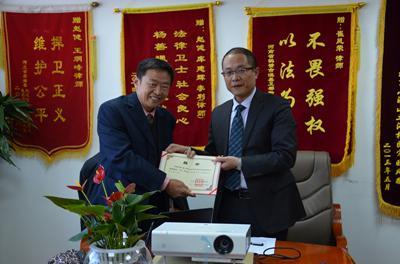 赵健主任向李显东教授颁发学术顾问聘书